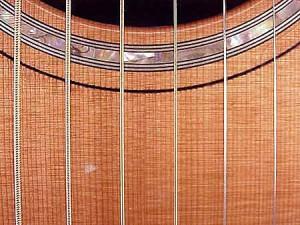 Почему дребезжат струны на гитаре