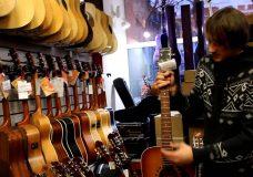 Уроки гитары. Уход за гитарой. Гитарные стойки.