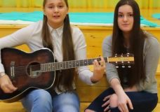 Девочки красиво поют 'Внеорбитные' (Юлианна Караулова) на гитаре Cover by Capella