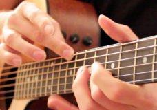 Необычная игра на гитаре