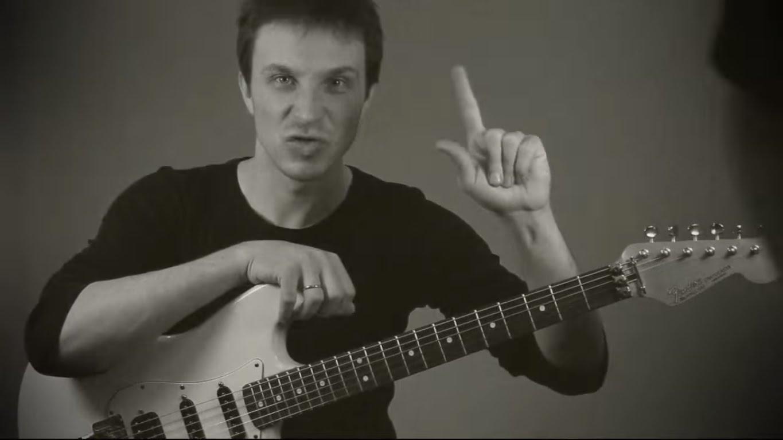 Октавы на гитаре. Как играть октавы. Уроки игры на электрогитаре.