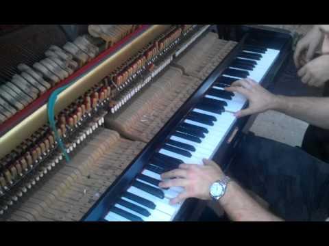 'Звон монет' на раздолбанном пианино...