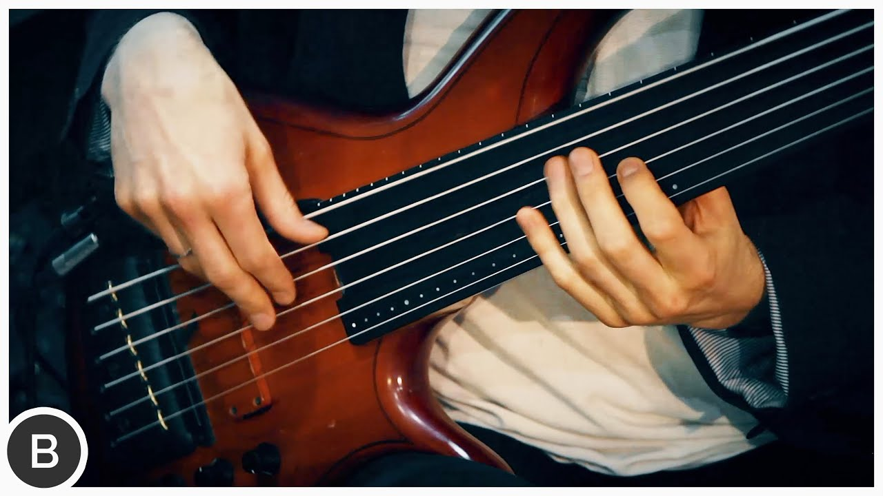 AMAZING FRETLESS BASS PLAYER