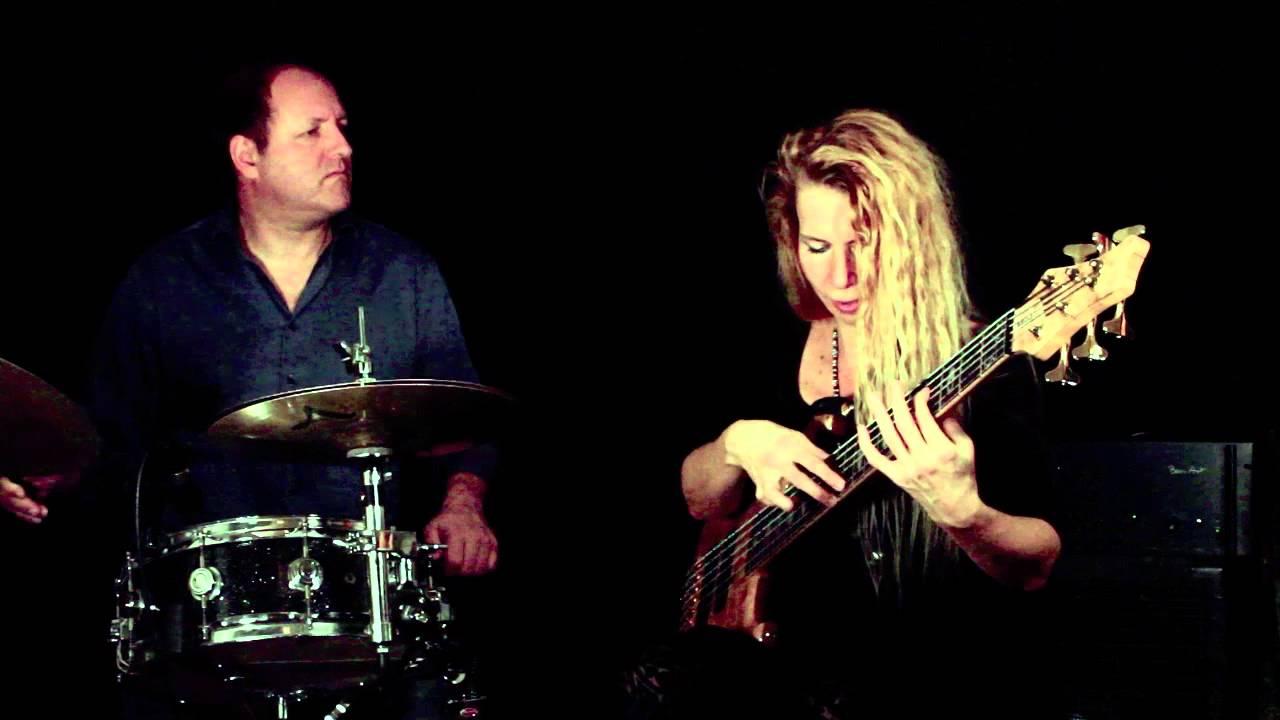 NICOLE BADILA - SLAP BASS & TAPPING BassTheWorld.com